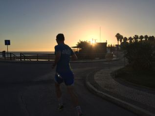 Laufen in den Sonnenuntergang an der Praia da Rocha
